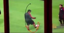 ロナウジーニョ:リフティングの技術:インステップにボールを乗せて後ろに上げる