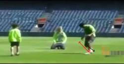 ロナウジーニョ:リフティングの技術:インステップでボールを下に押して反発を利用して浮かす